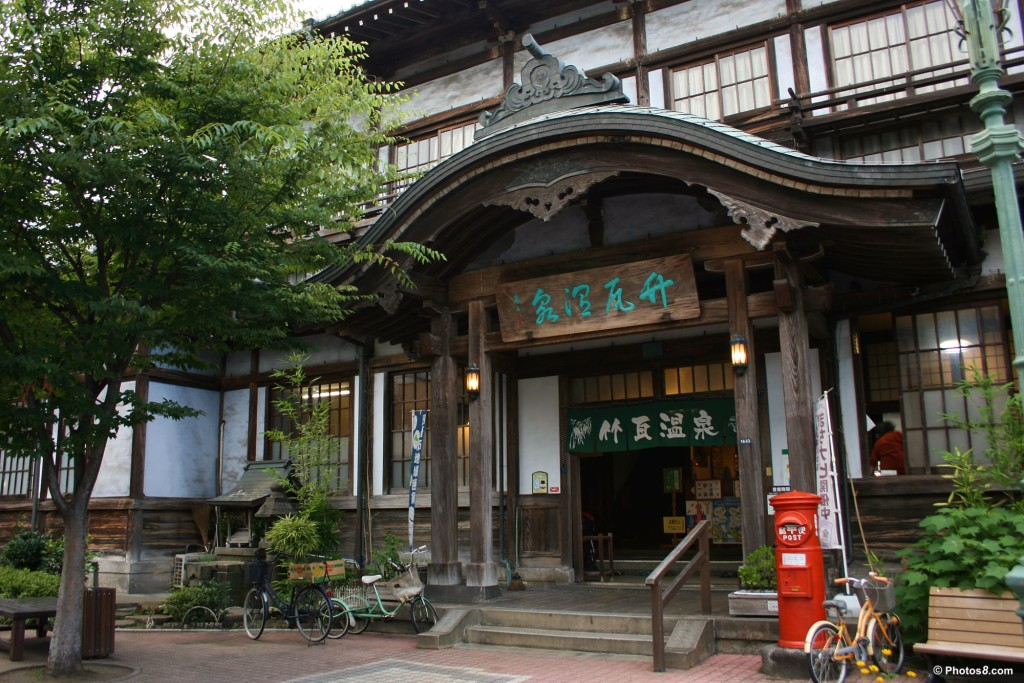 http://uglycouchshow.com/wp-content/uploads/2010/07/takegawara_onsen_spa_in_beppu_japan-other1-1024x683.jpg